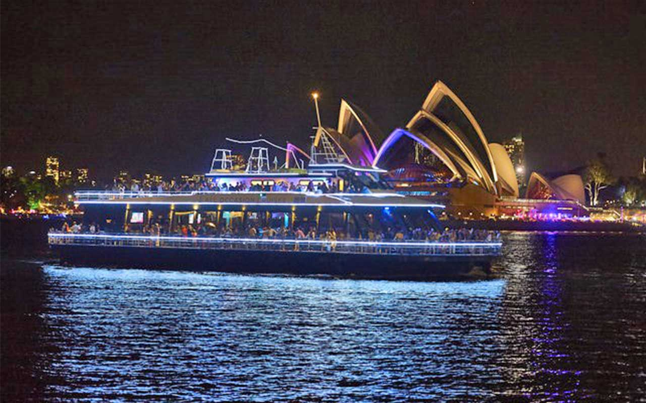 Sydney Vivid River Cruise in front of Sydney Opera House